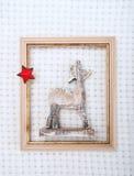 El reno de la Navidad enmarcó la imagen con la piel y la estrella roja Imagenes de archivo