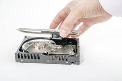 El reparador de la mano abre la cubierta superior de los 3 2,5 pulgadas HDD Imagenes de archivo