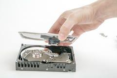 El reparador de la mano abre la cubierta superior de los 3 2,5 pulgadas HDD Fotos de archivo