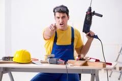El reparador del piso decepcionado con su trabajo foto de archivo