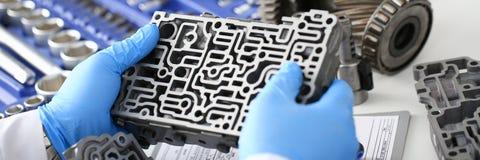 El reparador del servicio de reparación auto en cajas de cambios automáticas fotografía de archivo