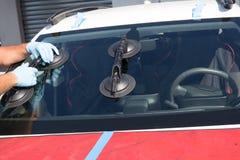 El reparador está reparando el parabrisas del coche Foto de archivo libre de regalías
