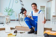 El reparador que pone solar laminado en casa fotografía de archivo libre de regalías