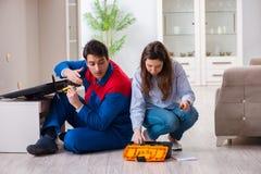 El reparador que repara la TV en casa Fotos de archivo