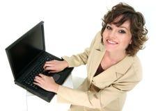 El representante del servicio comunica sobre su computadora portátil Fotos de archivo libres de regalías