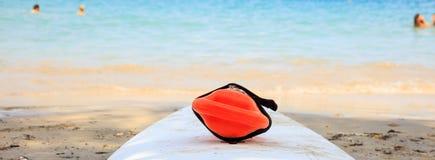 El rescate puede en una playa arenosa Imagenes de archivo