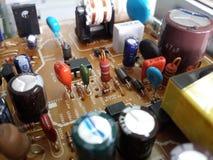 El resistor rojo en placa de circuito incluye la parte eléctrica Imagen de archivo
