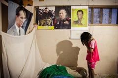 El respecto de los niños por el rey de Tailandia imágenes de archivo libres de regalías