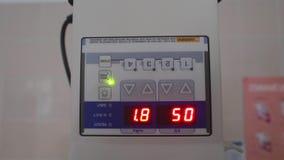 El resplandor de los números en el dispositivo metrajes