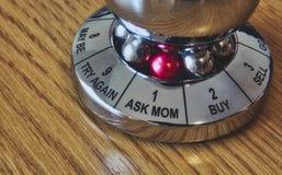 El responsable con 'pregunta a mamá 'seleccionada de la rueda de opciones fotos de archivo