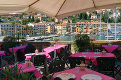 El restaurante al aire libre con los ajustes brillantes de la tabla y la costa compiten Fotografía de archivo