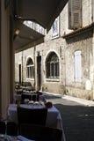 El restaurante con clase presenta el exterior al lado de edificios viejos con cerrado Fotografía de archivo libre de regalías
