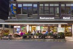 El restaurante de un hotel en el distrito de Zermatt en Suiza Foto de archivo