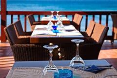 El restaurante del aire abierto del hotel por el mar está esperando a huéspedes Fotografía de archivo