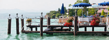 El restaurante en el embarcadero en el banco del lago Fotografía de archivo
