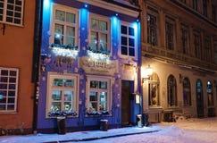 El restaurante en la ciudad vieja de Riga adornó con el lig de la Navidad Fotografía de archivo