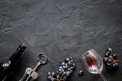 El restaurante fijó con la botella y la uva de vino en la maqueta de piedra de la visión superior Imágenes de archivo libres de regalías