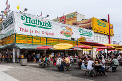 El restaurante original en Coney Island, Nueva York del Nathan. Fotografía de archivo libre de regalías