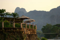 El restaurante tiene un contexto de montañas y de la puesta del sol Fotografía de archivo
