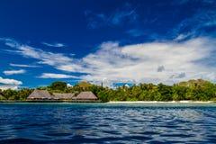 El restaurante tropical hermoso de la playa y del overwater ajardina en Maldivas Foto de archivo libre de regalías