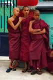 El resto de monjes jovenes de los muchachos Fotografía de archivo libre de regalías