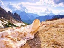 El resto de nieve sucia en el camino en altas montañas de la primavera Fotografía de archivo libre de regalías