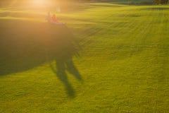 El resto tranquilo de los pares calienta humor de la luz del sol imagen de archivo