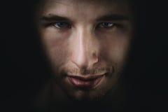 El retrato adulto joven oscuro del hombre se descolora en negro Foto de archivo