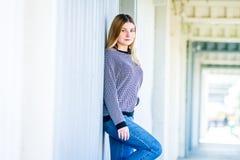 El retrato al aire libre de la muchacha adolescente sonriente feliz joven, natural aventaja Imagen de archivo libre de regalías
