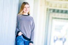 El retrato al aire libre de la muchacha adolescente sonriente feliz joven, natural aventaja Imagenes de archivo