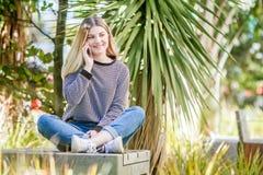 El retrato al aire libre de la muchacha adolescente sonriente feliz joven, natural aventaja Foto de archivo