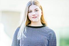 El retrato al aire libre de la muchacha adolescente sonriente feliz joven, natural aventaja Fotos de archivo