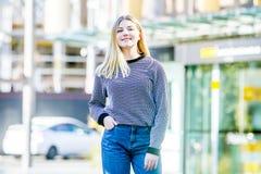 El retrato al aire libre de la muchacha adolescente sonriente feliz joven, natural aventaja Fotos de archivo libres de regalías