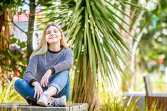 El retrato al aire libre de la muchacha adolescente sonriente feliz joven, natural aventaja Foto de archivo libre de regalías