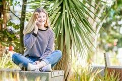 El retrato al aire libre de la muchacha adolescente sonriente feliz joven, natural aventaja Imagen de archivo