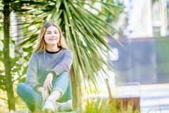 El retrato al aire libre de la muchacha adolescente sonriente feliz joven, natural aventaja Fotografía de archivo