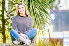 El retrato al aire libre de la muchacha adolescente sonriente feliz joven, natural aventaja Imágenes de archivo libres de regalías