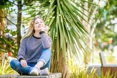 El retrato al aire libre de la muchacha adolescente sonriente feliz joven, natural aventaja Fotografía de archivo libre de regalías