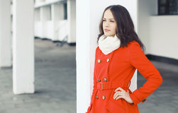El retrato al aire libre de la mujer hermosa vistió una chaqueta roja Fotos de archivo libres de regalías