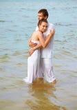 Pares románticos en la playa Imagen de archivo