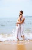 Pares románticos en la playa Fotos de archivo libres de regalías