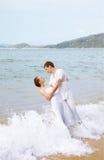 Pares románticos en la playa Foto de archivo