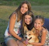 El retrato al aire libre del grupo de adolescentes con hace Fotografía de archivo