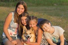 El retrato al aire libre del grupo de adolescentes con hace Imagen de archivo
