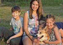 El retrato al aire libre del grupo de adolescentes con hace Imagenes de archivo