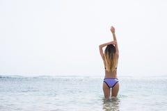 El retrato al aire libre del verano de la mujer bonita joven que mira al océano la playa tropical, goza de su libertad y aire fre Imagen de archivo libre de regalías
