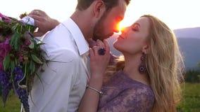 El retrato al aire libre sensible de los pares felices hermosos que tocan suavemente sospecha durante la puesta del sol La mujer  almacen de metraje de vídeo