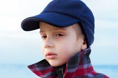 El retrato ascendente de la moda del cierre del muchacho del niño volvió hacia arriba el cuello Foto de archivo