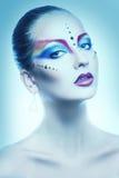 El retrato atractivo de la hembra con multicolor compone en tonos fríos Imagenes de archivo