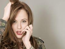 El retrato atractivo de una mujer que lleva a un ejército o los militares camufla Imagen de archivo libre de regalías